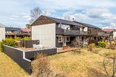 Velholdt og pent enderekkehus på Veienmoen. Stor terrasse og solrik beliggenhet ytterst på feltet.