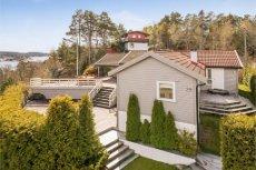 Vesterøya - Tiltalende hytte beliggende idyllisk til med flott sjøutsikt mot Mefjorden. Ca.100m til sjøen. 4 soverom - 2 bad - store fine uteplasser - 2 båtplasser