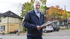Selger unna: – Byggene i bakgrunnen er to av næringseiendommene i Hokksund sentrum som vi skal selge, sier daglig leder i Eiker Eiendomsutvikling, Trond Lindborg.