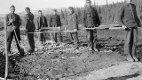 BLODVEIEN: Serbiske krigsfanger i arbeid på veien over Korgfjellet. 400 av dem mistet livet under arbeidet, eller ble regelrett slått ihjel eller skutt. Riksantikvaren har gitt et tilskudd på 80 000 kroner til skilting av denne veien. Foto utlånt av Henmes museum