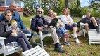 Tre generasjoner på toppen: Fra venstre ser vi Nils' og Torgunns            datter Siri, med samboer Tim og Mille på fanget. Ved siden av sitter Nils og Torgunn med barnebarnet Tilde på fanget. Deretter ser vi Hilde som er samboer med sønnen Eilert. Foto: Arne Johan Furseth