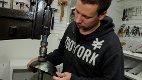 Elektrisk hammer: Kjetil Aschim jobber ofte med den elektriske hammeren. Her får metallplatene nytt liv mellom fingrene hans.