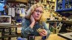 Fra leire har du kommet..: Hanne Lunder har funnet frem modellen «Pappa i seilbåt» som var en av det første hun laget i keramikk som barn. – Keramikken har drevet alt det positive i livet mitt, forteller hun. alle foto: Åsmund Austenå Løvdal