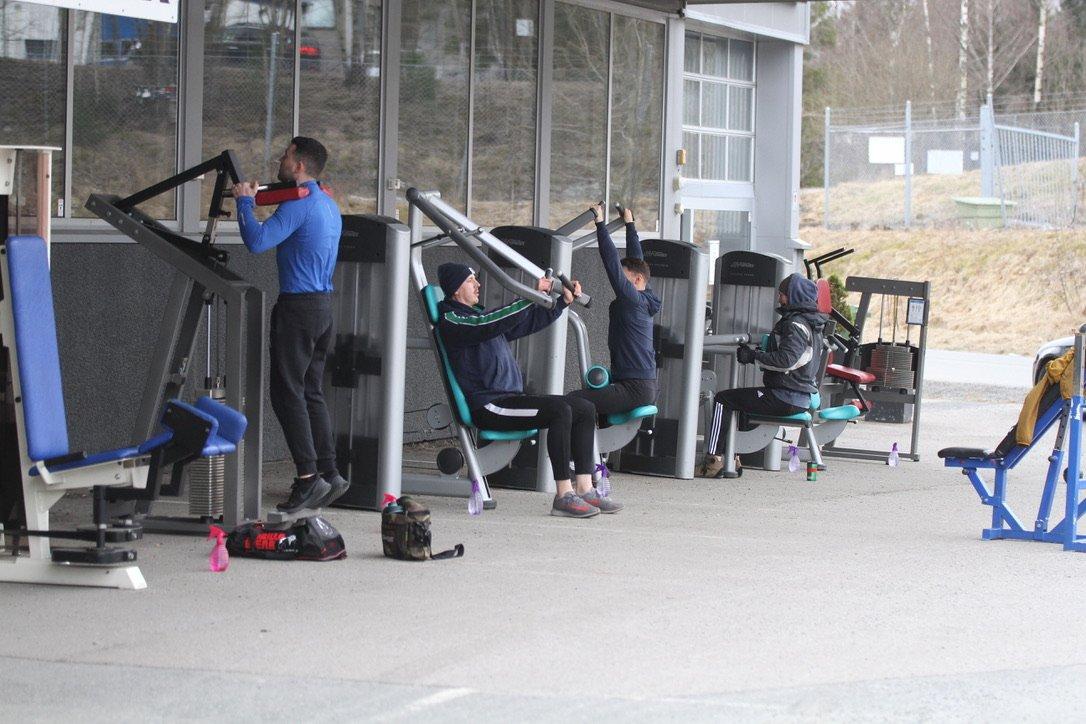 (+) Sparta treningssenter tilbyr utendørs trening, Nordre Follo kommune forholder seg passive: – Det er lov å trene ute, og vi oppfordres til å trene ute, sier eieren