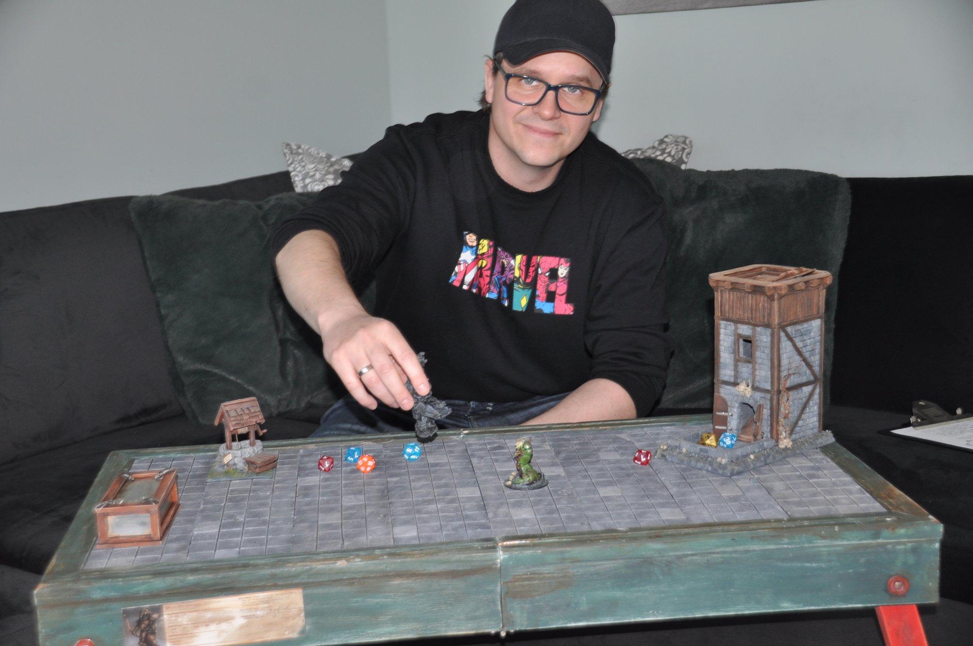 (+) Henrik (40) spiller til langt på natt – og har bursdag på en dag som er helt spesiell for ham og andre entusiaster