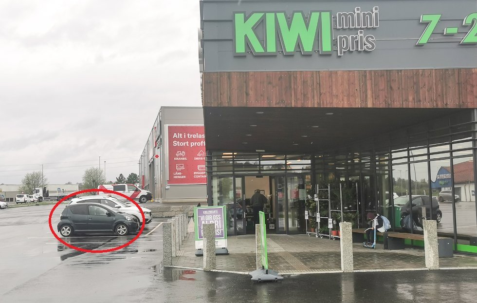 (+) Har bodd i bil foran Askim-butikk i over en måned: – Han får ikke lov til å handle hos oss lenger