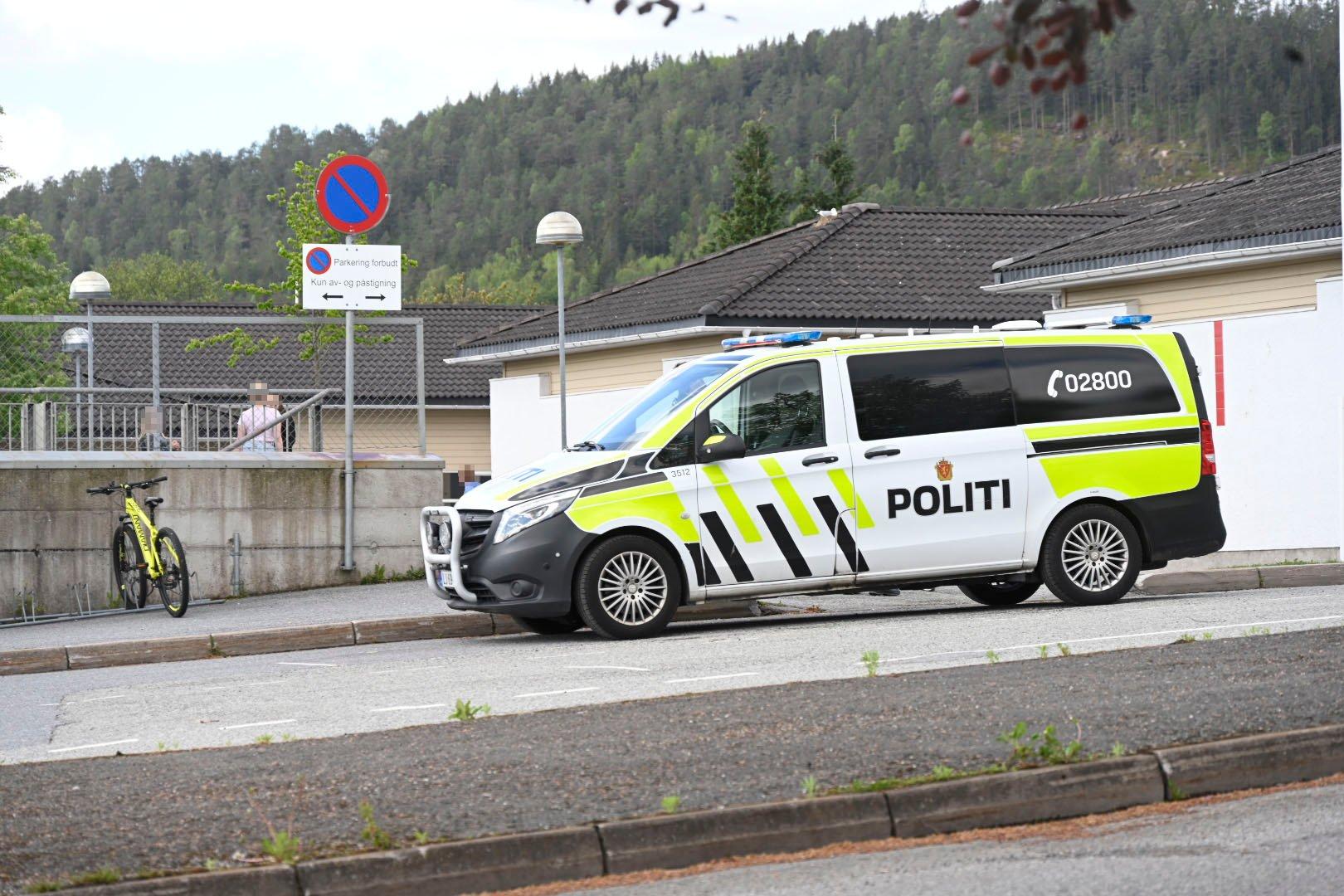 (+) Mann skal ha blottet seg for skoleklasse - politiet leter
