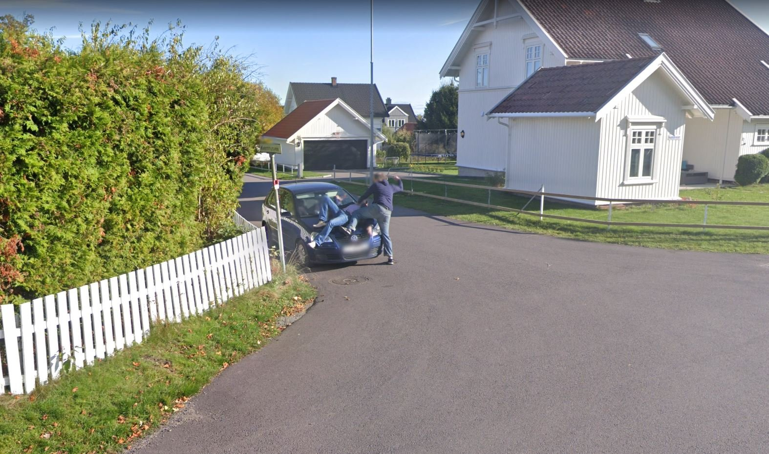 "(+) Stein (46) Man ""fighting"" in front of Google car: – We got on wheels – Tønsberg Blad"