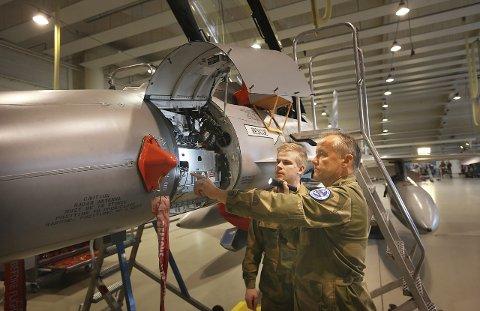 Vedlikehold: Driftsleder ved vedlikeholdskvadronen ved 132 luftving, kaptein Arnfinn Nilsen, har jobbet med F-16 hele sin karriere. Her er han sammen med lærling Øystein Brodersen.