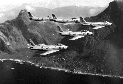 Sabre: Her flyr fem F-86F Sabre fra 331 skvadron i formasjon. Dette luftfotoet er fra slutten av 50-tallet.