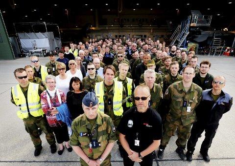 Etter vedtaket: Mai 2013 stilte ansatte og tillitsvalgte ved Bodø hovedflystasjon opp på dette bildet i AN da de krevde svar fra forsvarsdepartementet om den framtidige driften av Luftforsvaret.