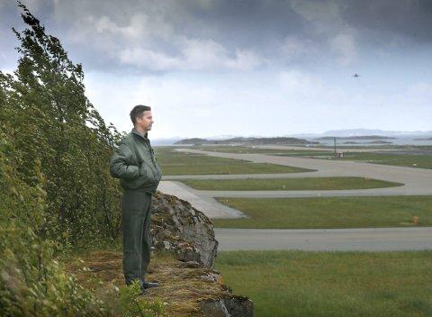 Vemodig: Mangeårig F-16-flyger for 331 skvadron, major Vegard Bøthun, ser ut mot rullebanen på Bodø hovedflystasjon mens et F-16 tar av. Han synes det er vemodig å tenke på at tiden med jagerfly i Bodø går mot slutten.