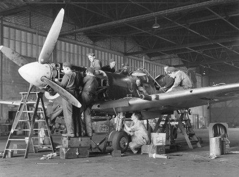 Starten: Her er mekanikere i arbeid på et Spitfire-fly i hangaren på North Weald i England. Dette var basen for 331 skvadron i nesten to år under andre verdenskrig.