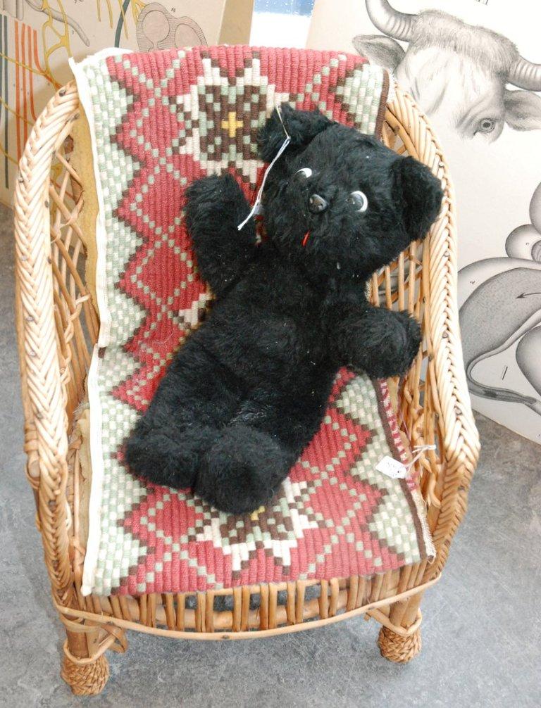 NOSTALGI: En gammel bamse i en liten barnekorgstol.