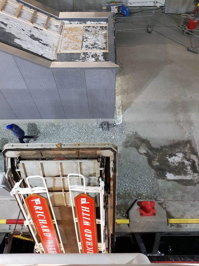 MØTER VEGGEN: Da lasteporten var på plass, lå landgangen rett mot veggen på trappehuset.