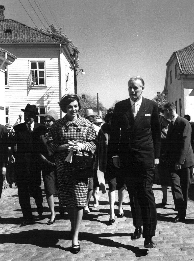 BESØK FRA IRAN: 24. mai 1961 gjestet sjahen av Iran og hans hustru, dronning Farah Diba Gamlebyen. Plus-direktør Per Tannum viste paret rundt i brukskunstsenteret. Arkivfoto: Fredriksstad Blad