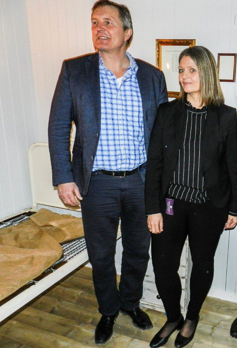STOLT: Det var en stolt Knut H. Johansen og Marianne Olsen som viste fra de nye rommene. Her står de inne i rommet til Den Hvite Dame-spillet.