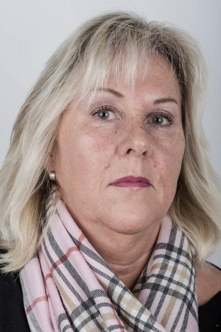 Norhild Holsæther (57), Førde. Pakkerimedarbeider.