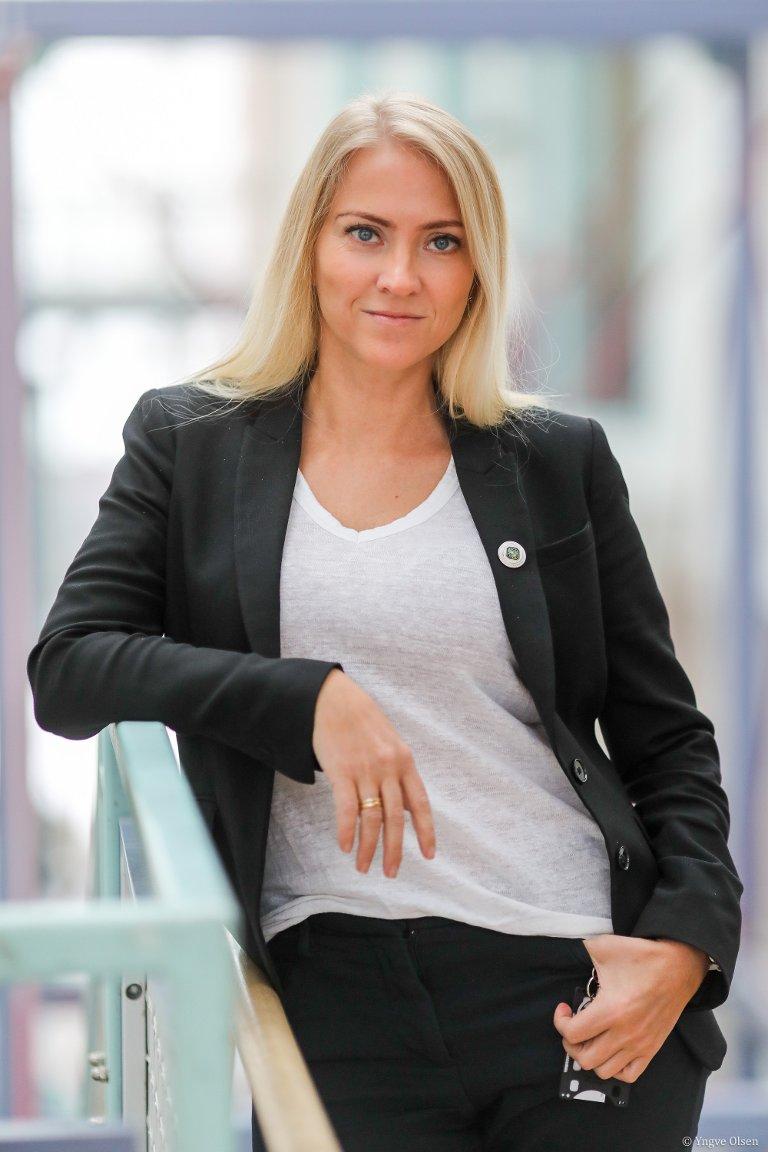 Å VENTE PÅ TUR: Lønnsforskjellene har røtter i gamle, tradisjonelle forventninger til kvinners rolle i samfunnet, mener Lill Sverresdatter Larsen.– Jeg er også blitt opplært på den måten, til å vente på tur. Å framstå som litt ydmyk og forsiktig, og vente på å bli sett, sier hun, som er førsteamanuensis på universitet i Tromsø og tillitsvalgt i sykepleierforbundet.Foto: Yngve Olsen.