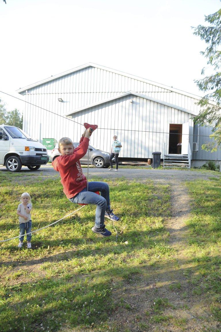 ARTIG FØRR ONGAN: Håkon Benjaminsen Våg (9) tester Herringens egen zipline, like ved bygdahuset. Helga byr på rikelig med opplevelser for den yngre garde.
