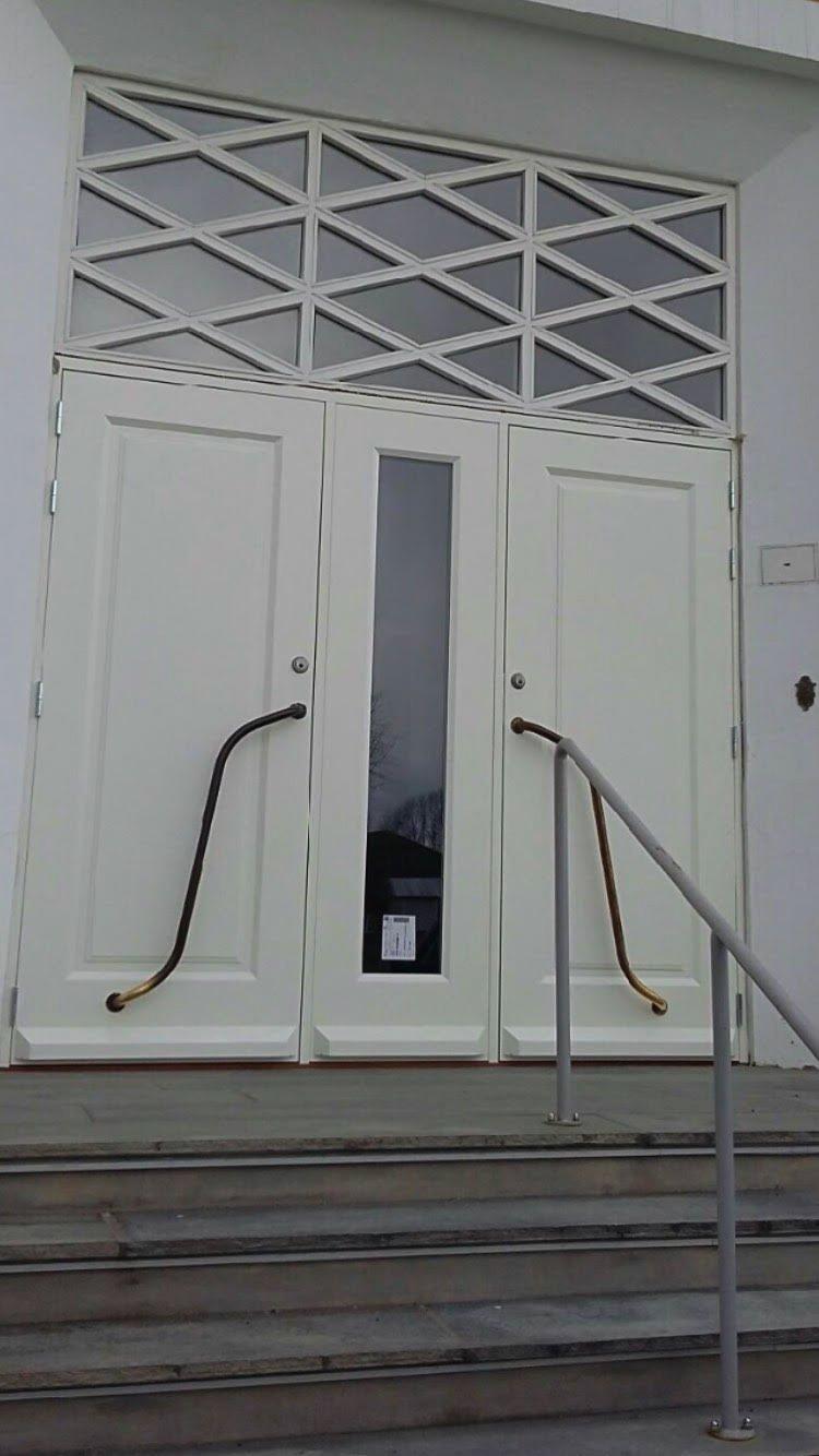 «REGJERINGSDØRER»: Innenfor disse dørene på Jeløya i Moss foregår det i disse dager regjeringsforhandlinger. Østbys Trevarefabrikk AS har produsert de hvite dørene.