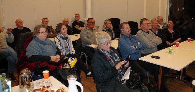INTERESSERTE: I underkant av 20 politikere hadde møtt frem for å høre om Østbys planer.