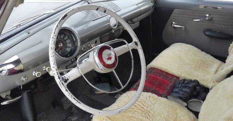 TRIVELIG FØRERMILJØ: Hel sofa, delt frontrute og tre gir på rattet tiltaler bileieren.