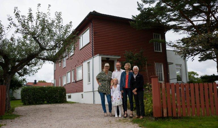 FUNKIS-SAMEIE: Beboerne i General Ohmes vei 24. Fra venstre Gro Badejo, Lars Ole Klavestad, Nanna Aaby, Unni Mass og Johanne Klavestad Aaby (foran). Huset ble bygget i 1937.
