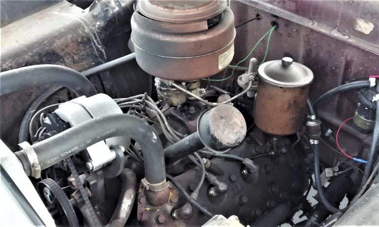 GJEV MOTOR: Andreas sin bil er utstyrt med den sterke og svært stillegående V8-motoren på 100 HK. Bilene ble også levert med 6-sylindret rekkemotor på 95 HK. Begge sideventilert.