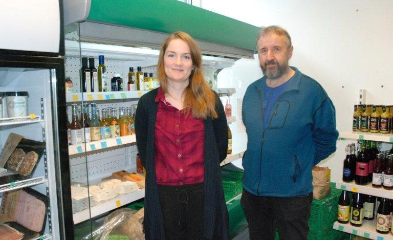 ILDSJELER PÅ HELSE: Kristian Viken er innehaver og Hilde Lien er daglig leder på helsekostbutikken Jordnært. Lien er utdanna kostholdsveileder, og utfører mineral- og tungmetalltester på dem som ønsker det.