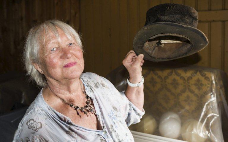 Høy i hatten: Apotekeren bar flosshatt når han spaserte i Gamlebyen. Anne-Lise Gjone tror at hatten er 170 år.