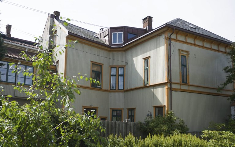 Slavefabrikken: Fra Rosinggårdens bakgård sees huset som er reist på stedet hvor Norges første spikerfabrikk lå.