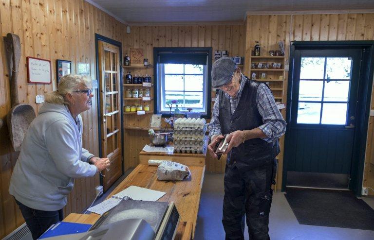 FAST KUNDE: Kari Suleng betjener Arne Dahl som bor i nærområdet og bruker butikken til familien Fremstad jevnlig.