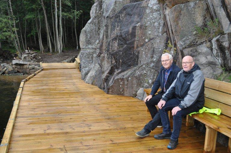 BRYGGE: Den nye brygga er også ferdig, og det er er laget benker som Atne Omholt (til v.) og Eivind Løvås her tester ut.