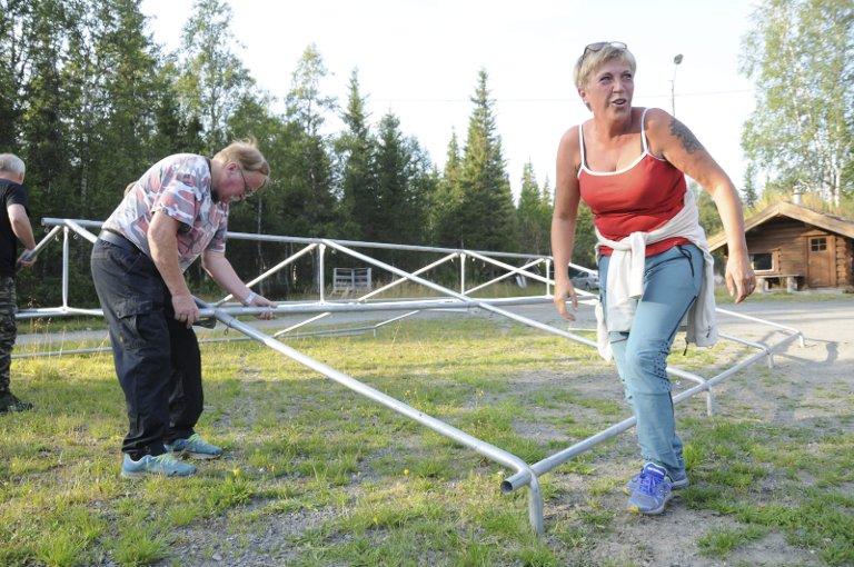 MUNTER MEKKING: Sarita Heggedal er i full sving med montering av beinrangel til messeteltet. Etterpå skal hun ordne kamkake. Kanskje til svinpris.