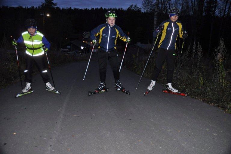 Barn og unge på rulleski i kunstsnøbanen til Moss skiklubb. Sigurd André Skaatan, Sander Fløgstad og Henrik Herbert Hansen håper på snø.