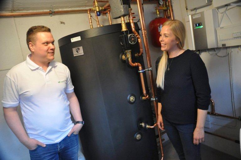 SYSTEM: Glenn Pettersen, daglig leder i Energiverket Østfold (til venstre) har hjulpet Belinda og Henrik med å få på plass systemet, som styres fra et styringspanel i kjelleren.