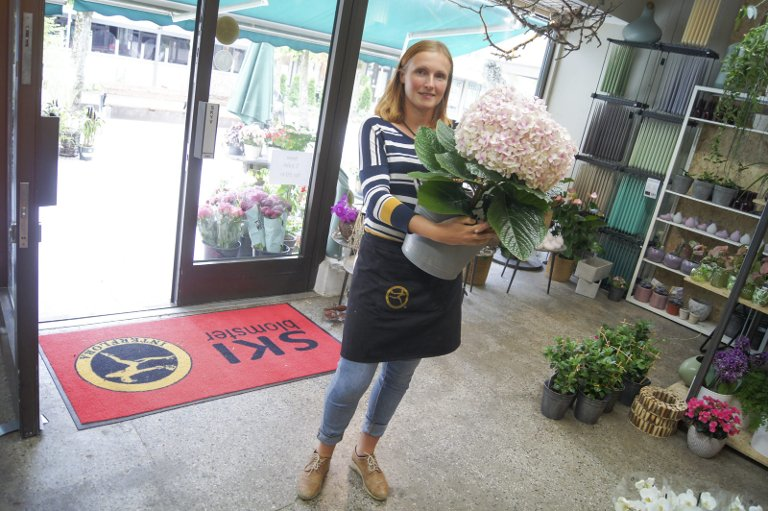 SKAPE NOE EGET: Turid Lien understreker at hun liker å kunne skape sin egen arbeidsplass og en blomsterbutikk helt etter hennes smak.