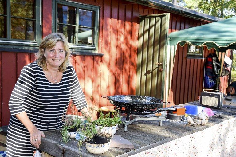 Selvsnekret kjøkkenbenk: Både matlaging og oppvask foregår utendørs i sommersesongen.