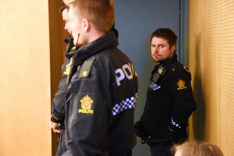 Passer på: Tre politibetjenter er på plass da Mia møter i Salten tingrett.