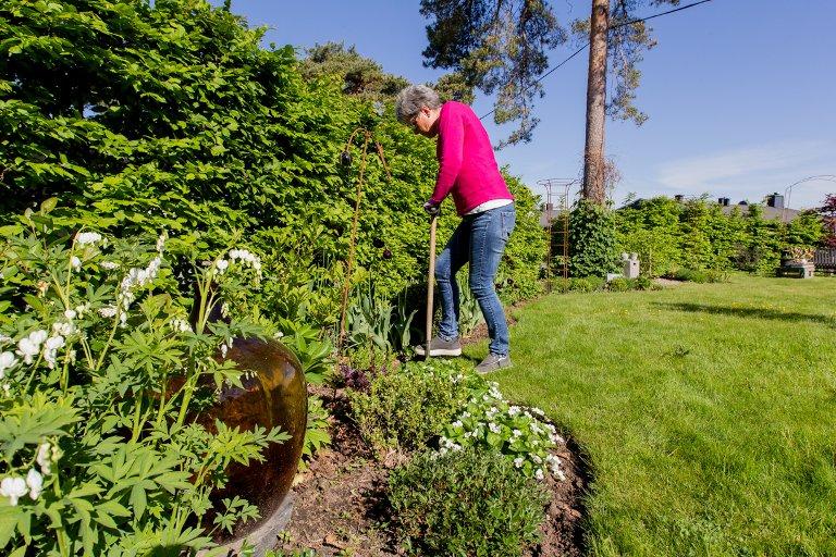 Redskaper: En spade er ikke bare en spade. Mette anbefaler alle å gå til innkjøp av en kantspade da den er lavere og enklere å jobbe med når man skal forme bed.