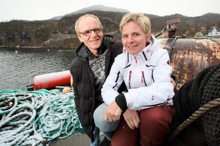 Milliontap: Daglig leder i Northern lights salmon, Elisabeth Balteskard, anslår at de har mistet over to millioner laks til den giftige algen. Her sammen med bror og medeier Søren Balteskard.
