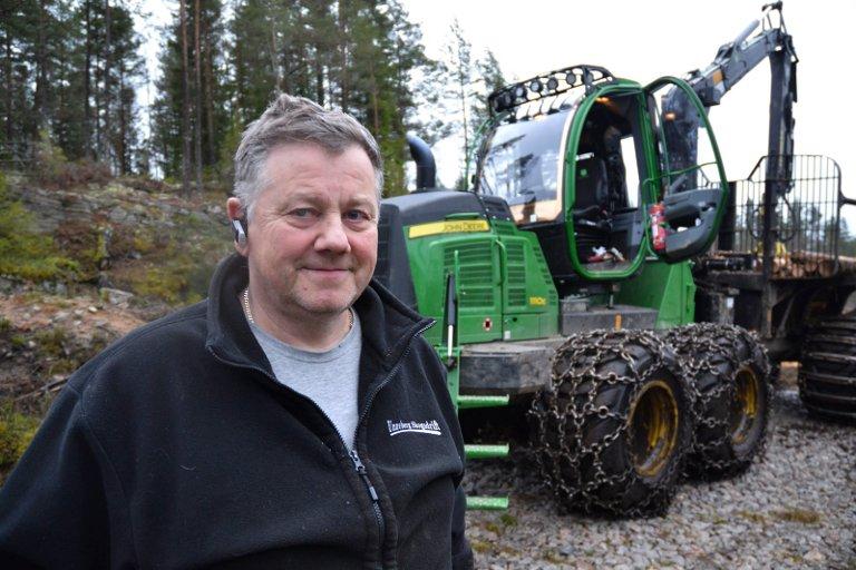 SKOGEN: Jens Unneberg foran en av skogsmaskinene sine. Nå er kjettingene tatt av.