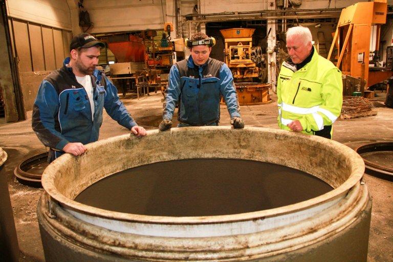 KUMRING: Dag Johan Pedersen (t.v.), Bendik Øvsteng og Steinar Åkvik studerer en kumring, et av mange produkt fra Midt-Norsk Betong i Mosjøen.