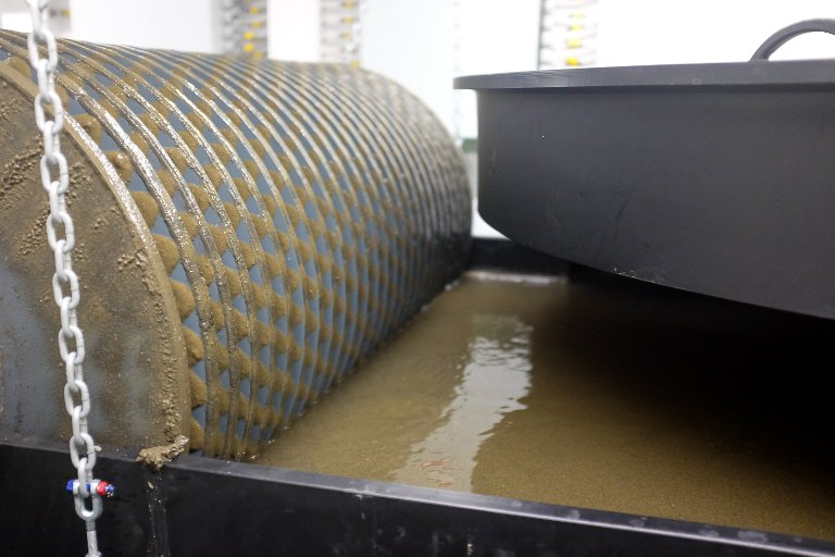Vannet tilsettes blant annet jernoksider slik at det blir magnetisk og lettere å få ut av vannet.