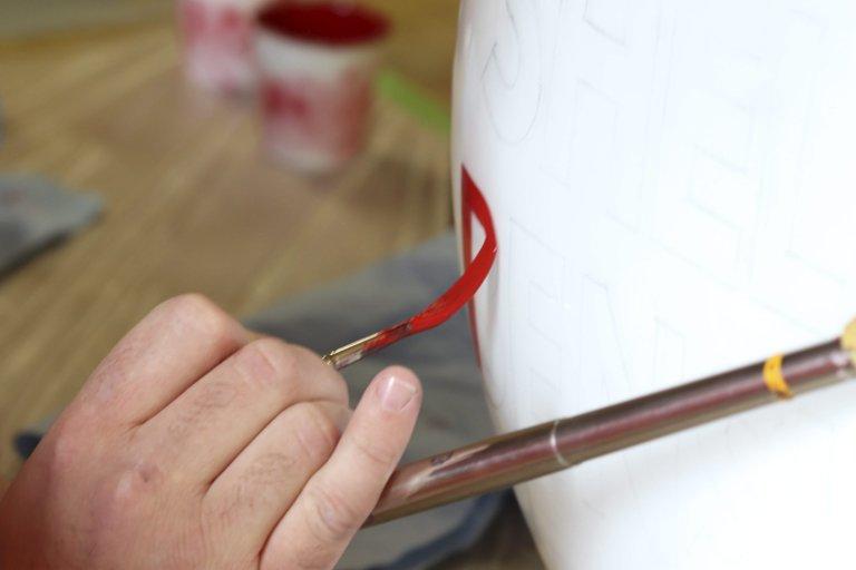Malerstokk: En «mahlstick» brukes for ekstra støtte og stabilitet, blant kunstmalere og skiltmalere.