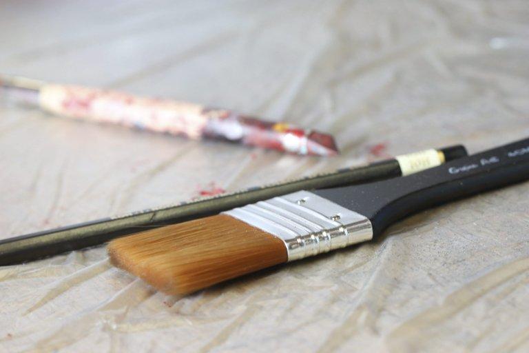 Må ha: Rengjøringsmidler, maling, pensel, terpentin og water er noe av det skiltmaleren har for hånden.