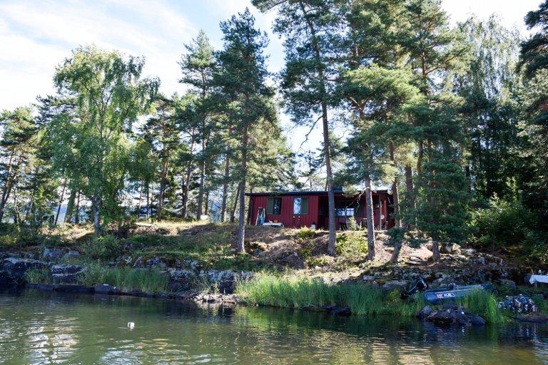 Hytta ligger fint til som den nordligste av tre hytter på Amundøya.