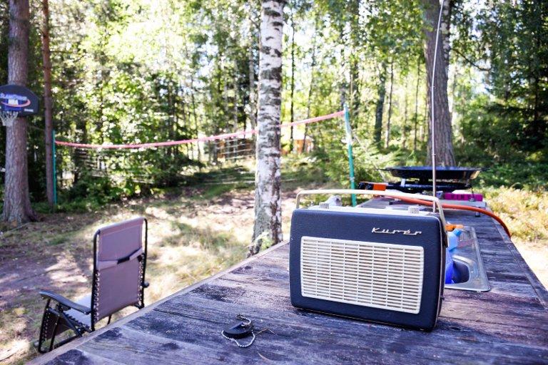 Hytteliv: En gammel Kurér som ble benyttet som bilradio på 60-tallet fungerer fortsatt og fyller hytteplassen med musikk. Med både basketkurs og volleyballnett kan familien også drive ballsport på hytta.