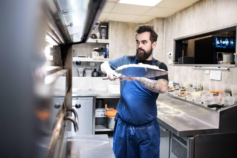 Kjøkkensjef Lars Brun Halvorsen lager pizzaer i særklasse, med utsøkte – og ofte lokale – råvarer, mener våre anmeldere.
